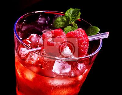 Cocktail rouge et de menthe sur fond sombre.