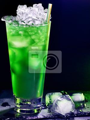 Cocktail vert sur fond sombre 34