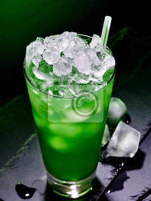 Cocktail vert sur fond sombre.