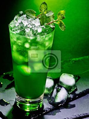 Cocktail vert sur fond sombre 43.