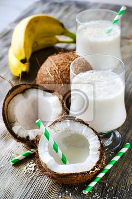 Coconut boisson smoothie tropical avec des bananes sur backgroun bois