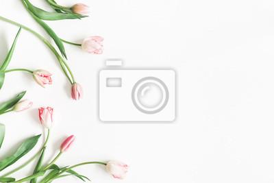 Image Composition de fleurs. Fleurs de tulipes roses sur fond blanc. Saint Valentin, concept de la fête des mères. Lay plat, vue de dessus, espace de copie