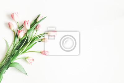 Image Composition de fleurs. Fleurs de tulipes roses sur fond blanc. Saint Valentin, fête des mères, concept de fête des femmes. Lay plat, vue de dessus, espace de copie