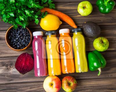 Concept de mode de vie sain avec des bouteilles de jus, des légumes et des fruits sur une planche de bois, vue de dessus, concept de remise en forme de vie saine