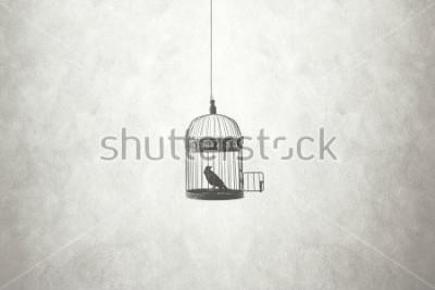 Image concept minimal de liberté, oiseau dans une cage ouverte