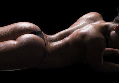 Image Corps de femme sexy, la peau humide, fond noir