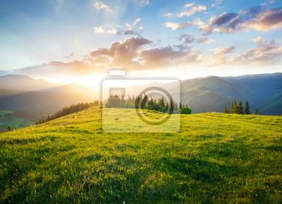 Image Coucher de soleil dans la vallée de montagne. Beau paysage naturel en été