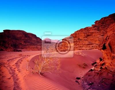 Coucher de soleil dans le désert de sable et de montagne. Paysage.