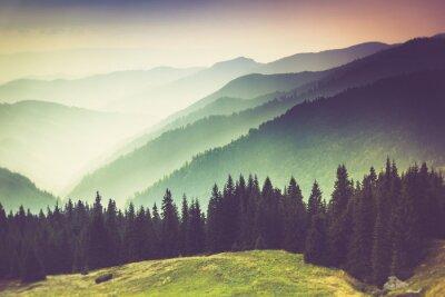 Image Couches de la montagne et de la brume dans les vallées.