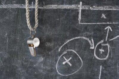 Image coup de sifflet de l'arbitre de football soccer ou sur un tableau noir avec schéma tactique