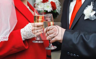 couple nouvellement marié tenant un verre de vin dans une main