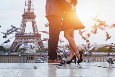 Image Couple près de la tour Eiffel à Paris, romantique baiser