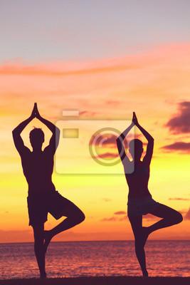 couple Yoga formation au coucher du soleil dans l'arbre pose