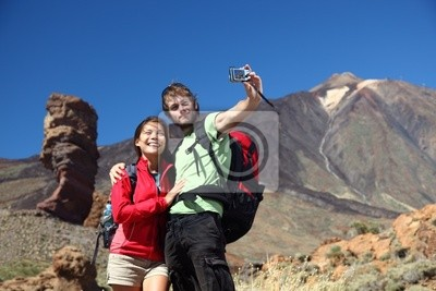 Couples prenant la photo en vacances