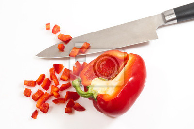Couteau avec le poivron rouge sur fond blanc