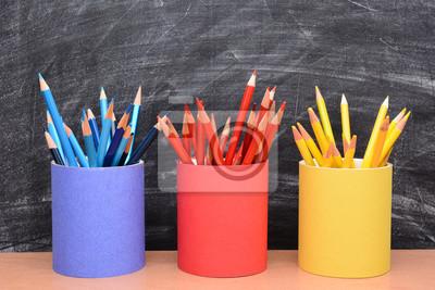 Crayons de couleur dans Matching tasses à crayons