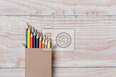 Crayons de couleur sur le tableau blanc bois