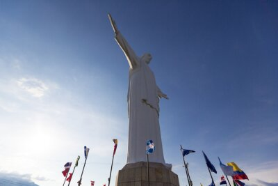 Image Cristo del Rey statue de Cali avec des drapeaux du monde et ciel bleu, Col