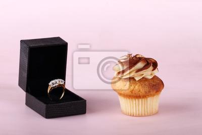 cupcakes avec le glaçage et bague en diamant
