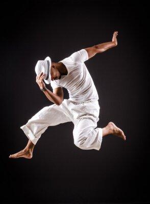 Image danses de danse de danseur dans des vêtements blancs