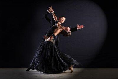 Image Danseurs latinos salle de bal isolé sur noir