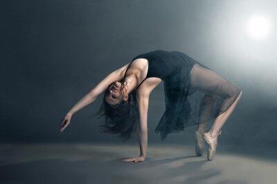 Image Danseuse de style moderne posant sur fond gris