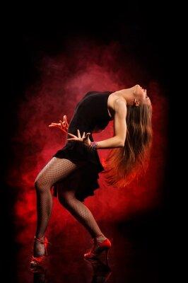 Image danseuse de style moderne posant sur fond sombre