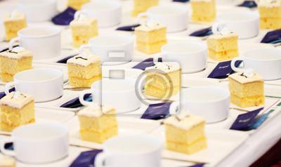de nombreuses tasses et des gâteaux de rupture de réunion