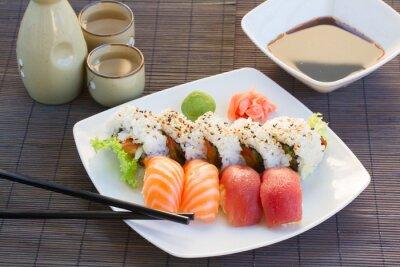 Image déjeuner avec plat de sushi