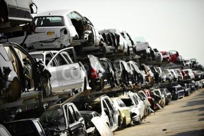 Image Des véhicules naufragés sont vus dans un dépotoir de voiture