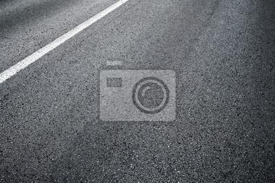 Détail de route goudronnée avec la ligne blanche