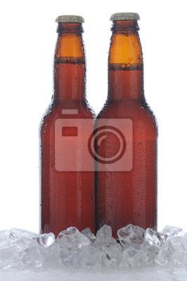 Deux bouteilles brunes de bière dans la glace