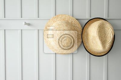 deux chapeaux de tissage sur le mur blanc