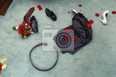 dévêtu vêtements de mariage. se traîner objets. Shues, costume, bouquet