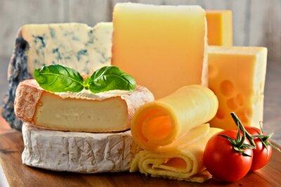 Image Différentes sortes de fromage sur la table de cuisine