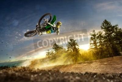 Image Dirt bike rider voler haut dans la soirée