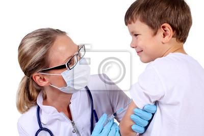 Doctor faire l'injection du vaccin pour enfant