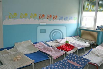 Dortoir pour les enfants avec des petits lits pour une école peintures  murales • tableaux sieste, salle de jeux, dortoir | myloview.fr