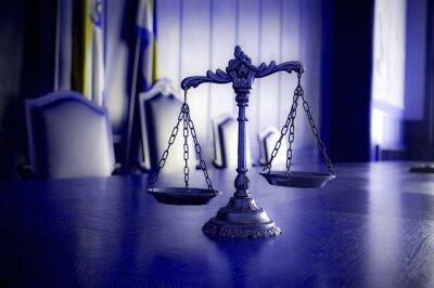 Image Échelles décoratives de justice dans la salle d'audience