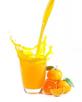 Image éclaboussures de jus d'orange avec des oranges sur le fond blanc