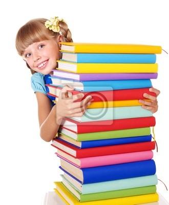 Écolière avec sac à dos contenant des tas de livres.