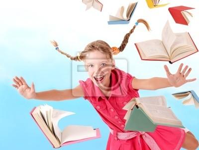 Écolière tenant une pile de livres. Extérieure.