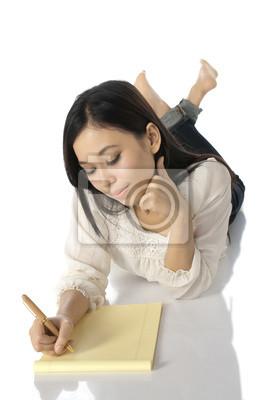 Écrire femme sur ordinateur portable