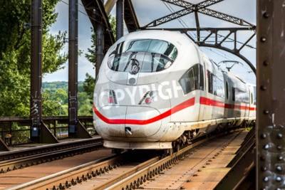 Image Électrique InterCity Express à Francfort, en Allemagne dans une journée d'été