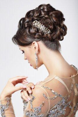 Image Elegance. Chic. Belle Brunette avec la coiffure chic. Luxe