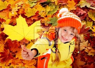Enfant à l'automne feuilles d'oranger.