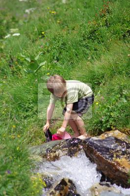 Image enfant en randonnée - rafraichissement