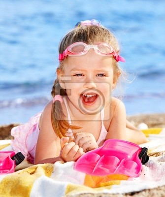 Enfant jouant sur la plage.