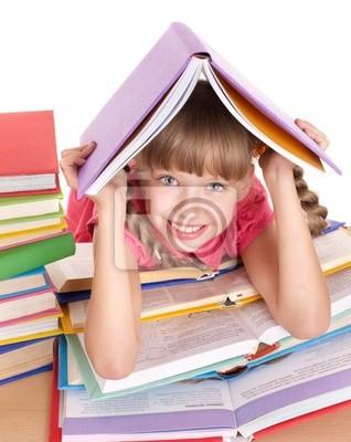 Enfant lisant le livre ouvert sur la table.