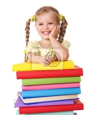 Enfant tenant une pile de livres.